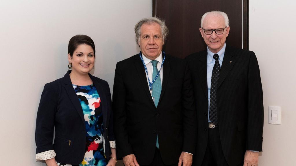 Sienna Girgenti (asistente política de B'nai B'rith Internacional), Luis Almagro (secretario general de la OEA) y Eduardo Kohn