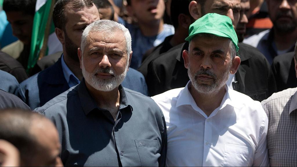 El líder político de Hamás Ismail Haniyeh y el jefe del grupo en Gaza, Yahya Sinwar