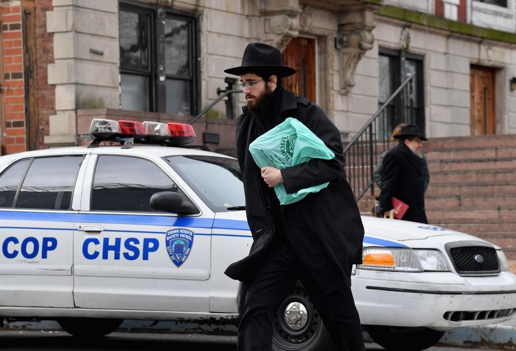 Judío ortodoxos caminan por las calles de Crown Heights, en Blooklyn
