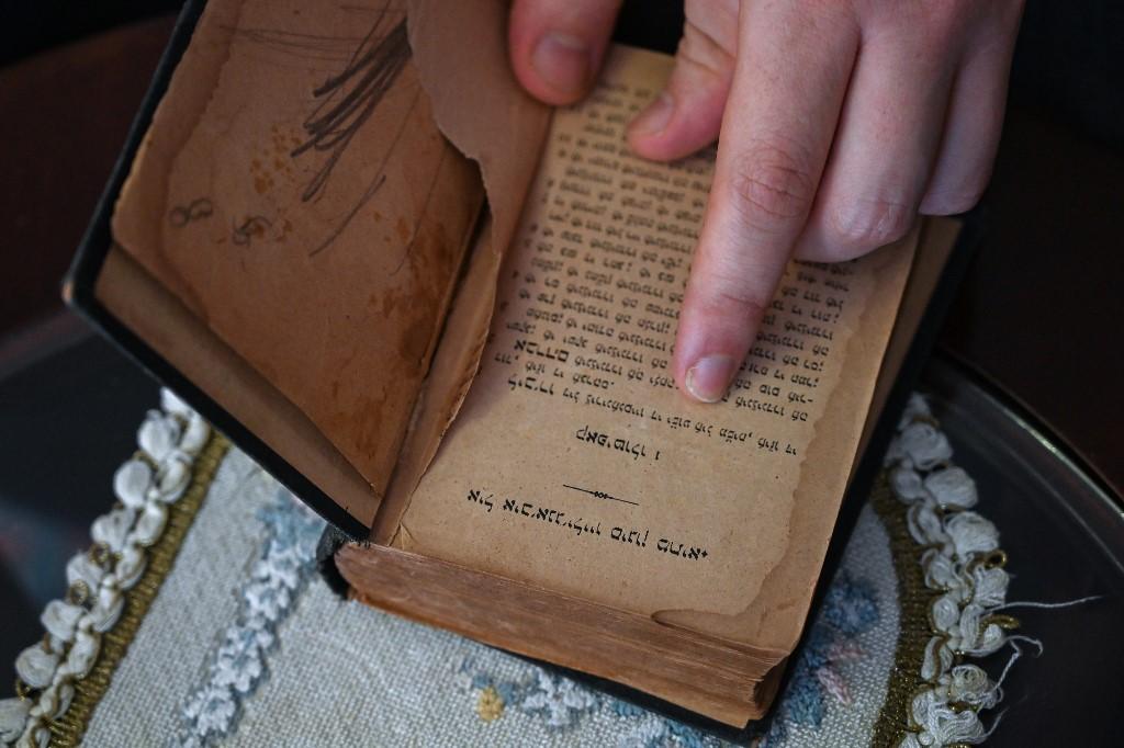 Can Evrensel Rodrik muestra un libro escrito en ladino