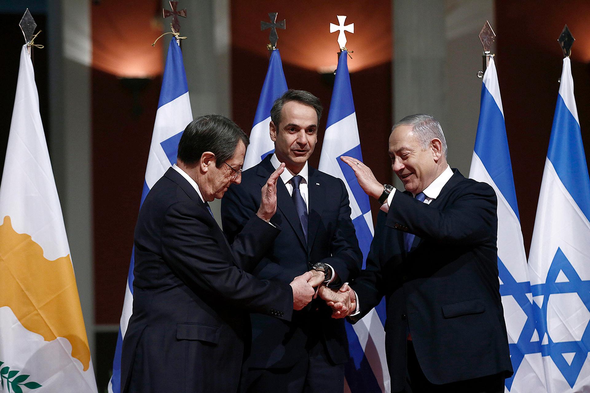 Netanyahu junto al presidente chipriota, Nicos Anastasiades, y el primer ministro griego, Kyriakos Mitsotakis, durante la firma del acuerdo para la construcción del gasoducto