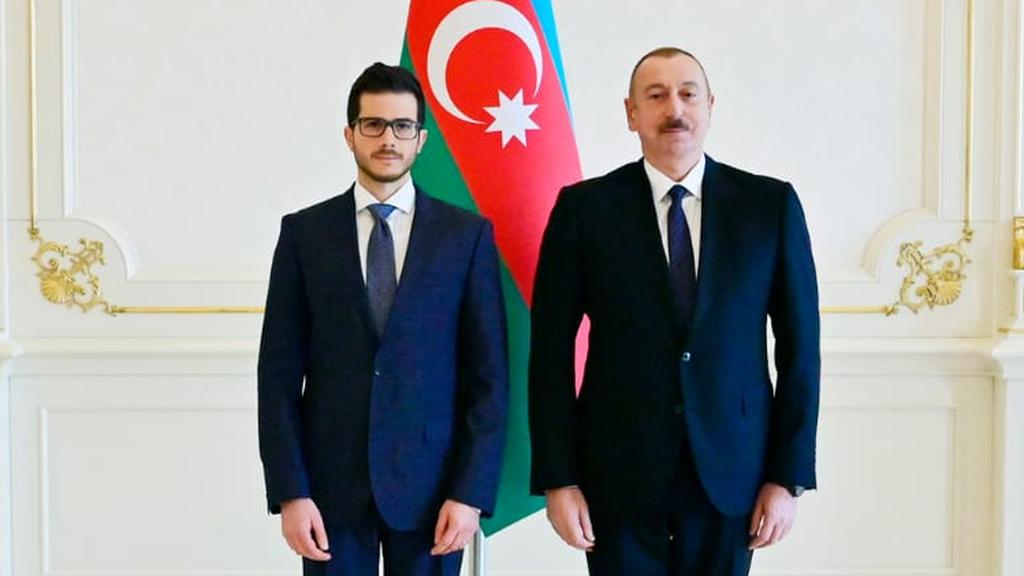 Embajador George Deek junto al presidente de Azerbaiyán, Ilham Aliyev