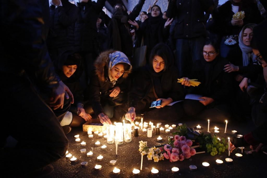 Iraníes prenden velas para despedir a los fallecidos en el vuelo PS752