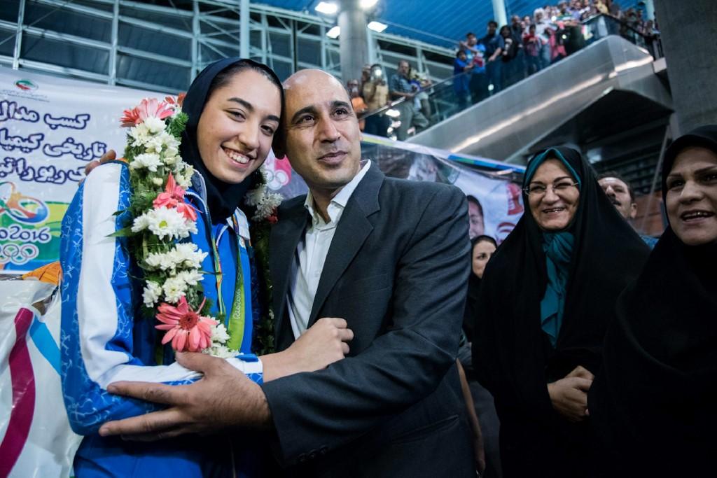 Kimia Alizadeh celebra con su padre la obtención de la medalla en agosto del 2016