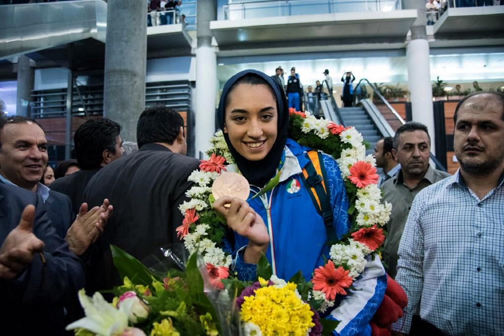 Kimia Alizadeh muestra la medalla obtenida en Río 2016 en el aeropuerto de Teherán
