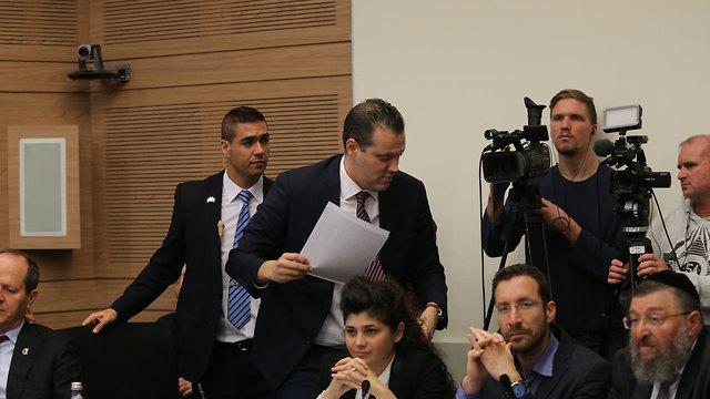 El jefe de la bancada del Likud, Miki Zohar, fue invitado a retirarse del recinto por el presidente del comité