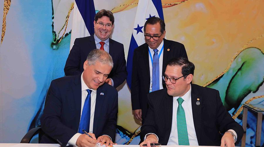 Firma de los acuerdos de cooperación