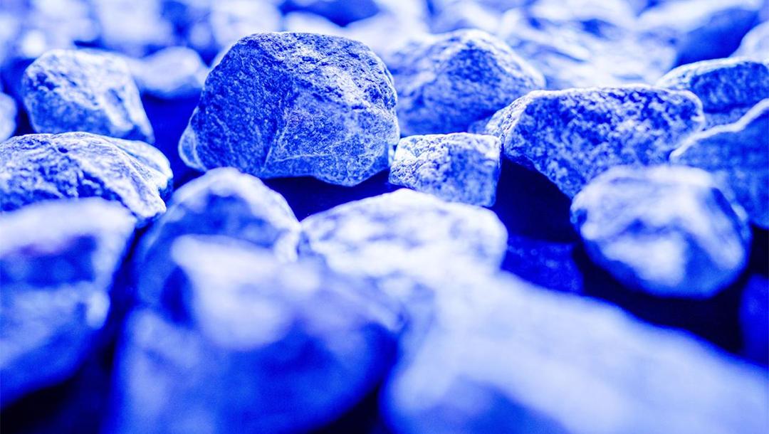"""Piedras que brillan intensamente en la exhibición conmemorativa del Holocausto """"Luz de la vida"""" de Daan Roosegaarde en los Países Bajos."""