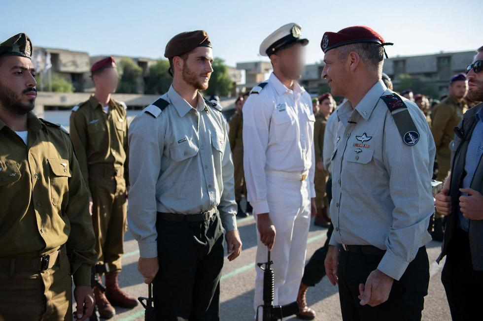 El Jefe de Gabinete de las FDI, Aviv Kochavi, saluda a los nuevos graduados