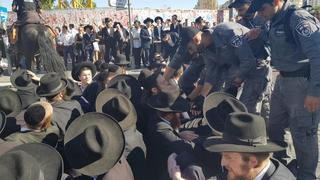 Hombres ultraortodoxos protestan por el arresto de un compañero que se negó a alistarse en el ejército