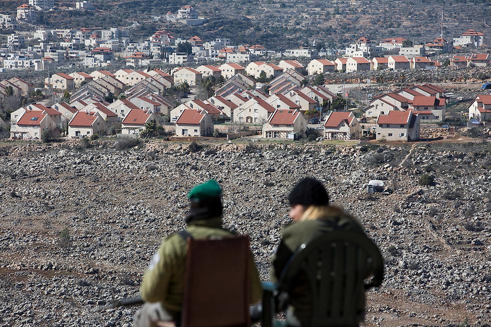 Tropas de las FDI en las afueras de un asentamiento