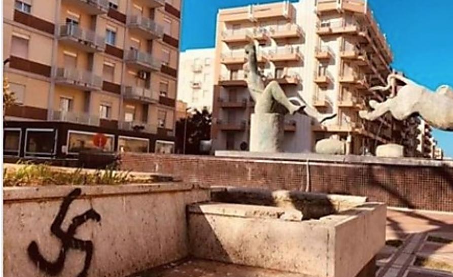 Una cruz esvástica en una plaza de la ciudad siciliana de Marsala, Italia