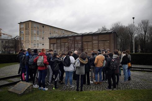 Los estudiantes asisten a un taller dedicado al recuerdo del Holocausto en Drancy, en las afueras de París