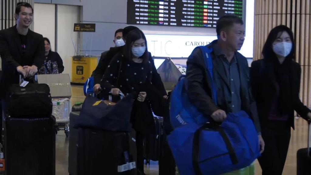 Viajeros de China con máscaras cuando llegan al aeropuerto Ben-Gurion