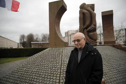 El sobreviviente del Holocausto francés Victor Perahia cuenta su historia a los escolares en Drancy. De fondo, los edificios en los que estuvo privado de su libertad