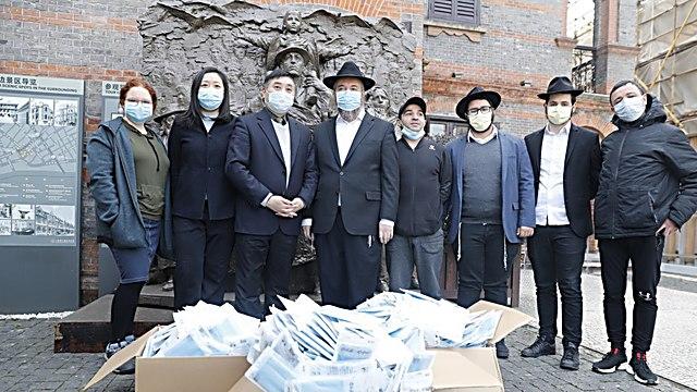Reparten máscaras a ancianos chinos en la zona del gueto judío de Shangai