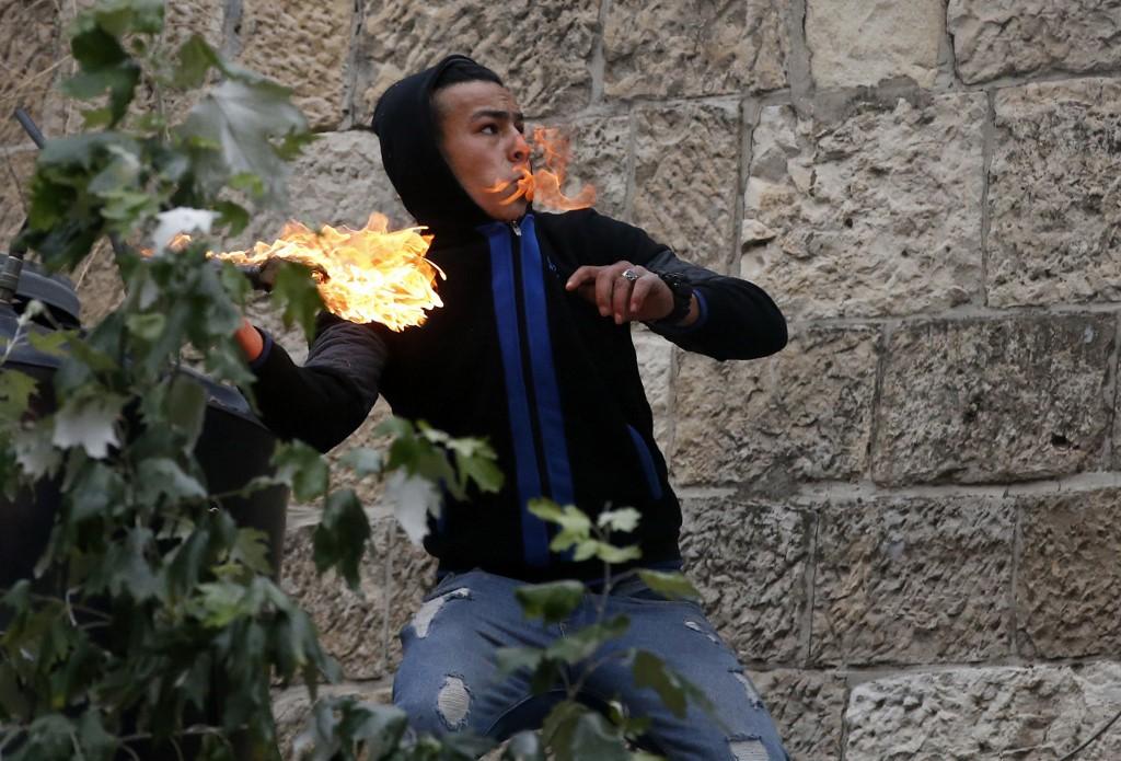 El lanzamiento de cócteles molotov contra las FDI es una constante en las protestas en Hebron