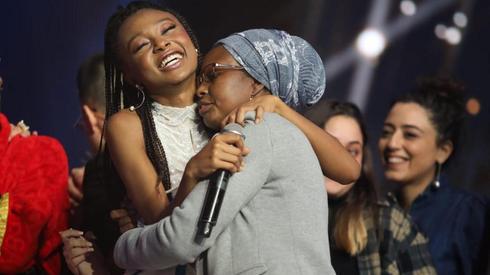 Eden Alene abraza a su madre Zahava tras la victoria