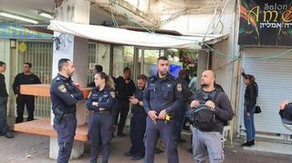 Fuerzas policiales frente a la florería de Bana.