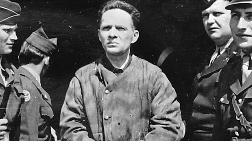 Rudolf Hess esposado