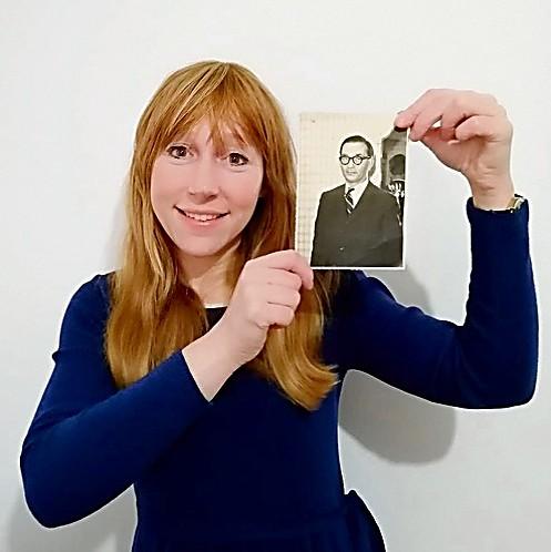 Rivka con una foto de su abuelo Karl