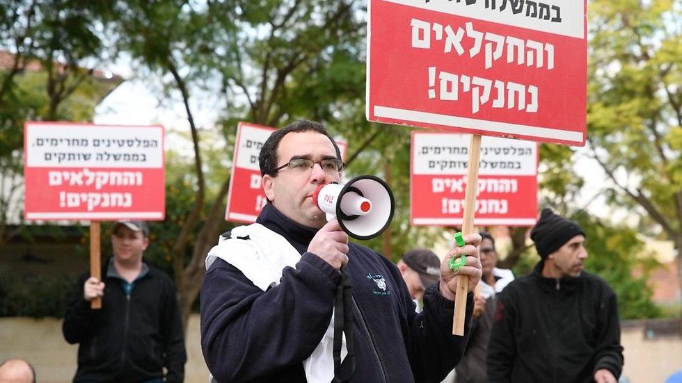 Agricultores israelíes protestan contra el embargo frente a la casa del ministro de Defensa, Naftali Bennett