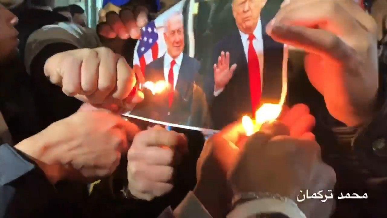 Manifestantes palestinos queman imágenes de Trump y Netanyahu