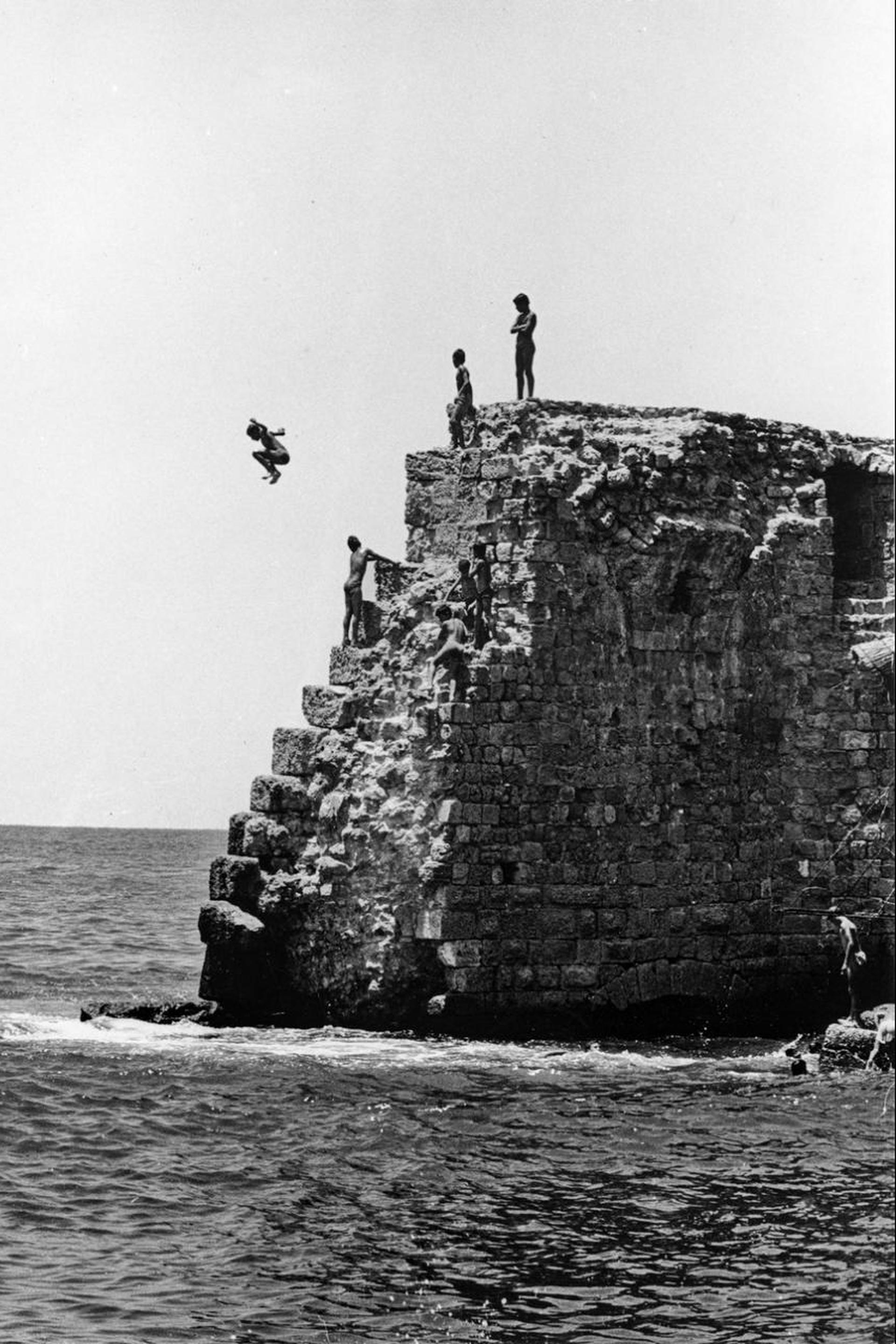 Niños saltando de un acantilado en Acre