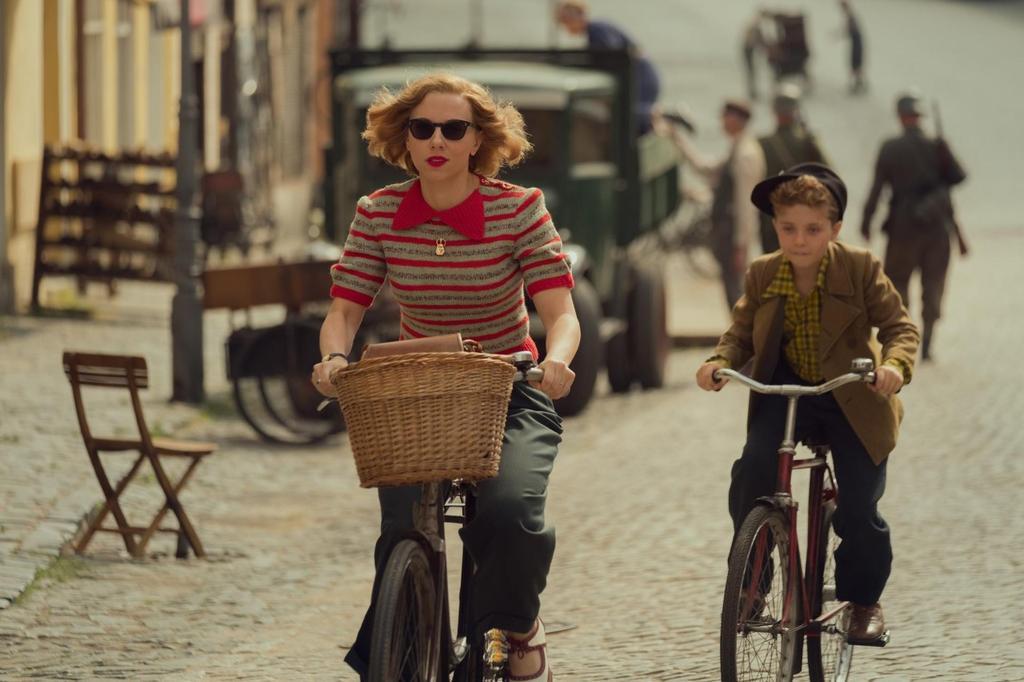 Scarlett Johansson y Roman Griffin Davis en 'Jojo Rabbit'