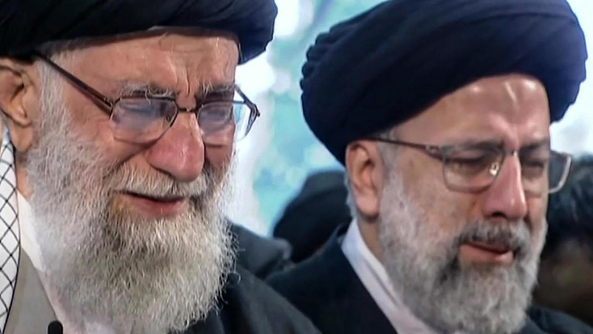 El líder supremo de Irán llora en el funeral de Soleimani