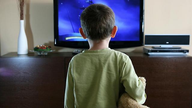 Niño mirando televisión