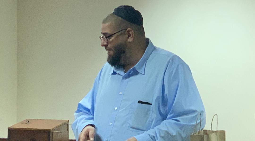 Jacob Berezniak viaja 45 millas para sacrificar ritualmente animales y lleva la carne kosher a su sinagoga.