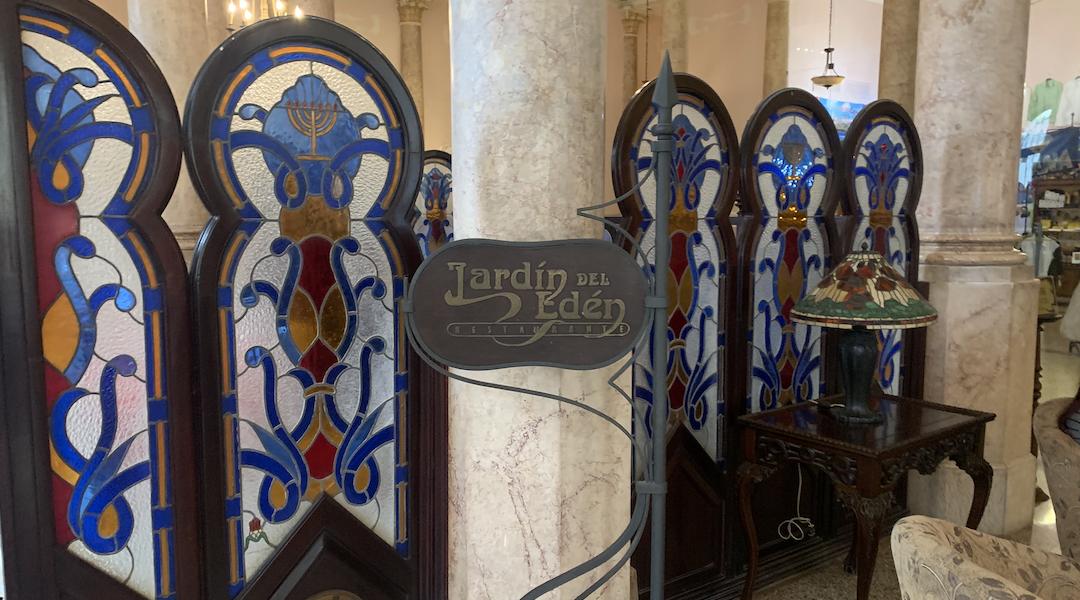 El Hotel Raquel en La Habana es uno de los pocos lugares en la isla donde los visitantes pueden encontrar comidas judías tradicionales. Su restaurante se llama Jardín del Edén