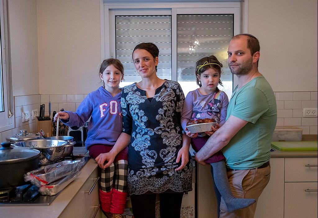 Una familia en el asentamiento de Ofra