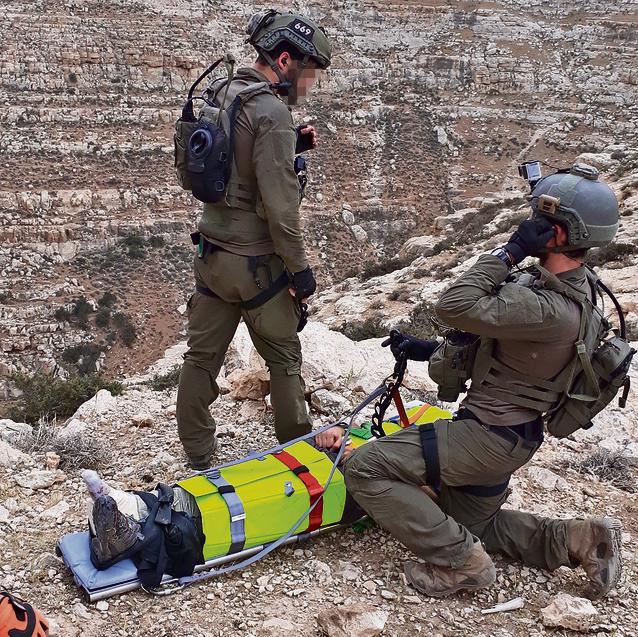 Guy y su compañero Yochai tratan a un hombre herido en el desierto de Judea poco antes de que fueran llamados al desastre de Tsafit
