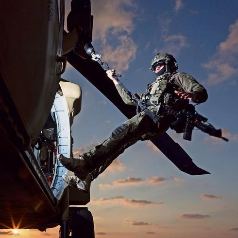 Soldado en un helicóptero Black Hawk