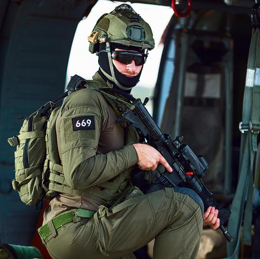 Guy en su uniforme de la Unidad 669