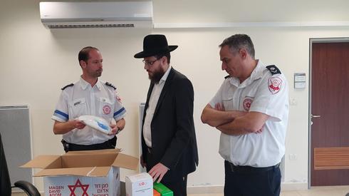 El rabino de Jabad Eliyahu Rosenberg de Guangzhou recibió el equipo de protección del Magen David Adom para su distribución en China