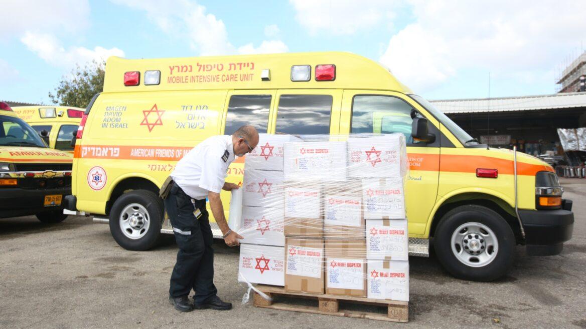 Un voluntario del Magen David Adom empaca los suministros de protección para enviar a China