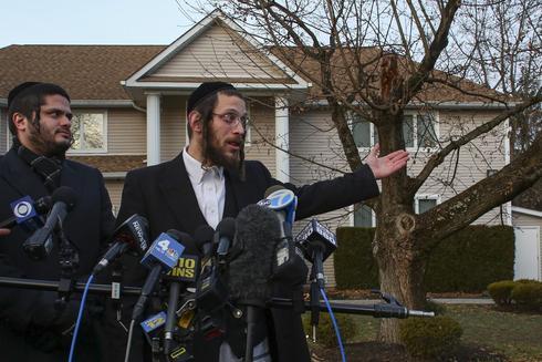 Joseph Gluck realiza declaraciones a la prensa después del ataque en Monsey