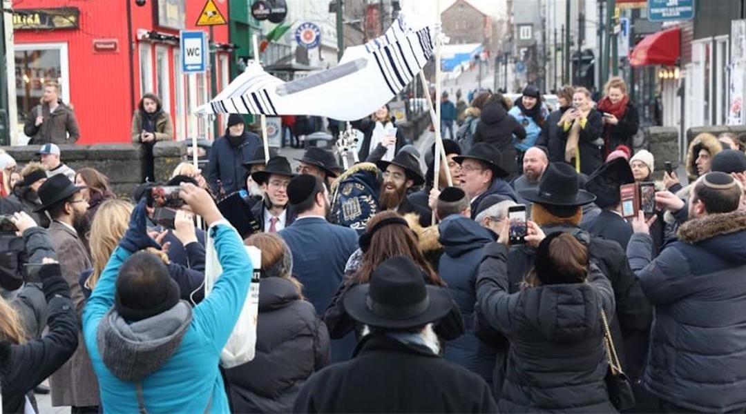 Integrantes de la comunidad judía de Reikiavik, llevando la nueva Torá
