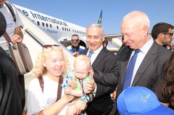 Yoav Gallant recibiendo nuevos inmigrantes en Israel