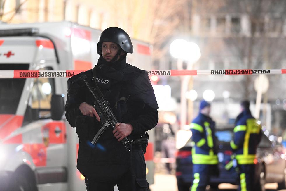 Policía alemana en el lugar de los atentados en Hanau