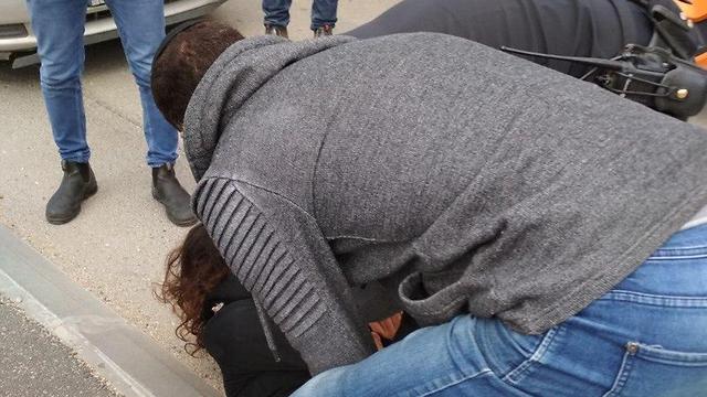 La mujer fue detenida por una persona que caminaba en el lugar.