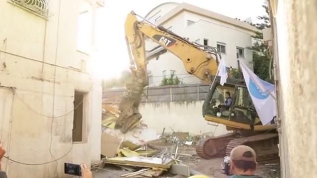 Los 7 edificios fueron demolidos en una tarde y vecinos de Ramat Gan se acercaron a verlo