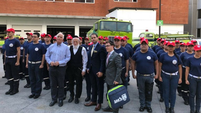 Reunión de ZAKA con una unidad del cuerpo de bomberos en la ciudad de Guatemala
