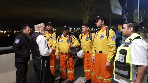 Yehuda Meshi-Zahav, presidente de ZAKA, trabaja con el equipo que fue enviado tras el recordado accidente aéreo en Etiopía en marzo de 2019