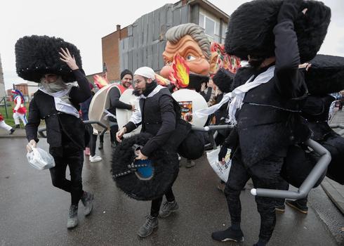 La gente retrata a los judíos jasídicos como hormigas en el desfile en Aalst