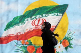 Mujer iraní con barbijo para prevenir el contagio de coronavirus