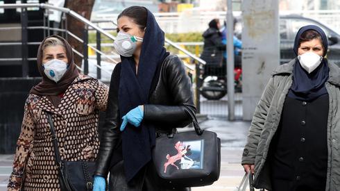 Mujeres utilizan máscaras de protección en Teherán.